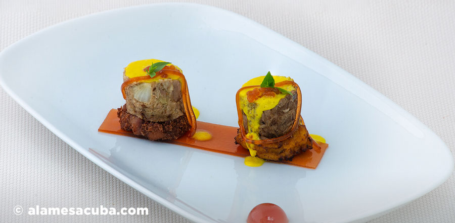 Tapa Mambo: Isla bella - Masas de cerdo con mofongo, espuma de mojo criollo y agridulce en texturas. Vaca frita con plátano maduro frito, espuma de mojo criollo y agridulce en texturas.